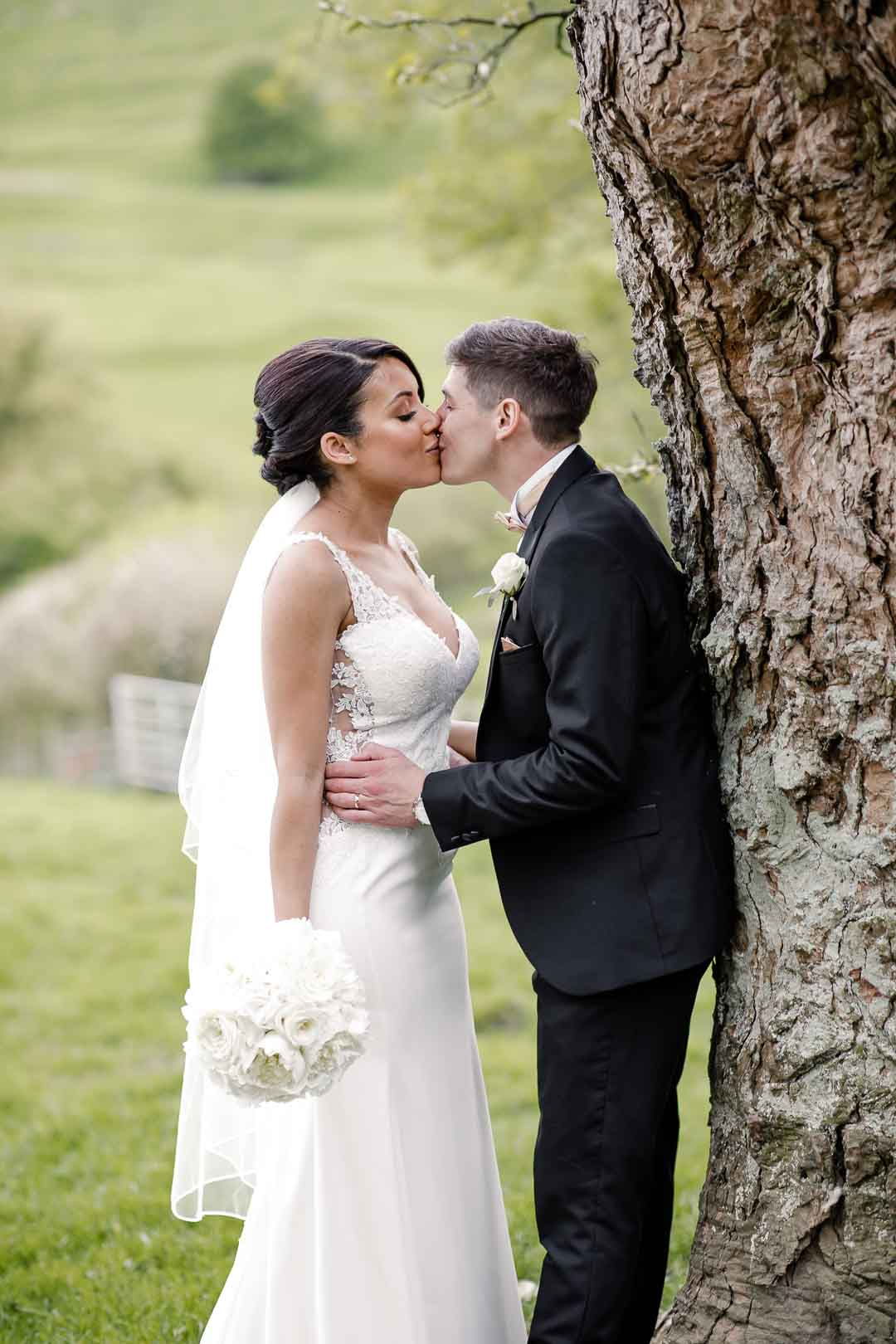 Kiss couple under the tree